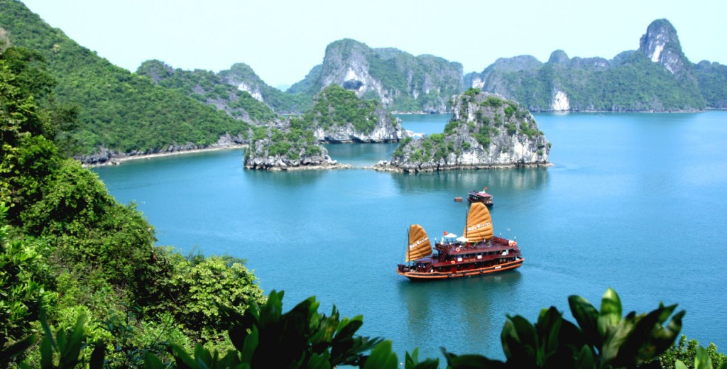 Asia_Cruise_Junk_in_Halong_bay (1)
